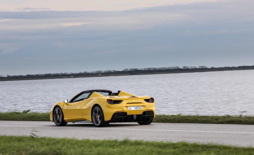 2016-Ferrari-488-Spider-108-876×535